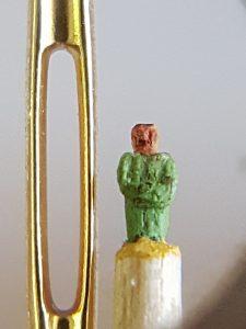 Strenger Herr in grünem Anzug