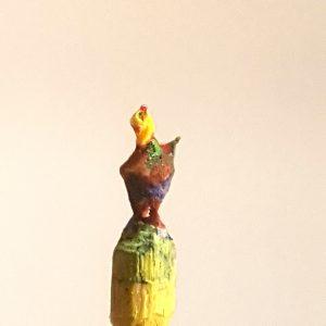 Hühnervogel mit gelbem Kopf und braunem Körper. Aufrecht stehend.