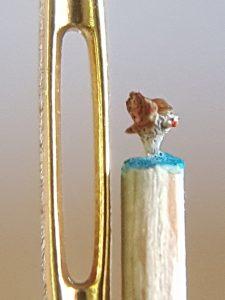 Fliegender Greifvogel, roter Schnabel neben Nadelöhr