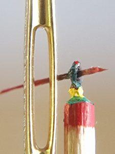 Nadelöhr mit anglerähnlicher Figur daneben stehend