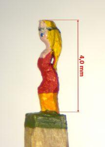 Eine Frau blickt nach links, langes blondes Haar, rotes Kleid mit gelber Hose darunter