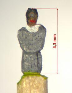 Mönch von vorn. Graue Kutte, weißes Hemd. Frontalansicht der 4,3 mm hohen Figur.