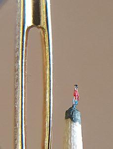 Schlanker Mann neben Nadelöhr